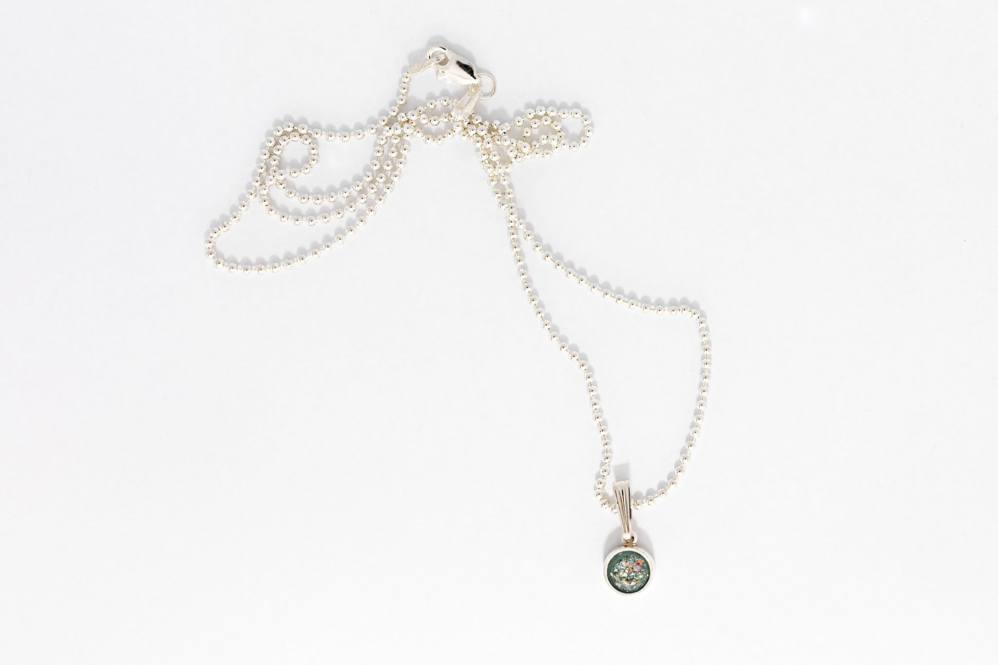 Dainty-round-pendant-with-ashes